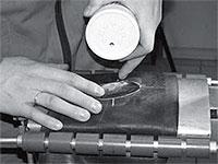 Припудриваем приклеенную заплату тальком для предотвращения ее прилипания к внутренней поверхности шины.