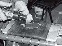 Обрабатываем очищенное место шероховальным инструментом при скорости вращения не более 2500 об/мин и удаляем шероховальную пыль пылесосом или чистой мягкой щеткой.