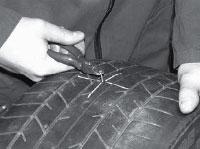 Определяем и отмечаем маркировочным восковым мелком место повреждения снаружи и внутри шины.