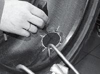 Промазываем отверстие под ножку грибка клеем A024 при помощи спирального напильника T109.