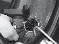 Наносим клей A024 на поверхность, обработанную под шляпку грибка тонким равномерным слоем.