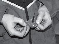 Снимаем защитную пленку с адгезивного слоя ножки и шляпки грибка не касаясь его руками.