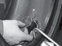 Вынимаем спиральный напильник из отверстия и вводим металлический кончик ножки грибка в отверстие с внутренней стороны шины.