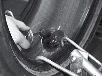 Обрабатываем кромку шляпки и оставшуюся зачищенную поверхность у бескамерной шины герметиком внутреннего слоя A305.