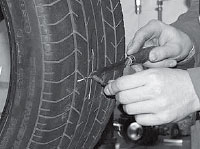 Отрезаем выступающую часть ножки грибка на расстоянии 2-3 мм от поверхности шины.