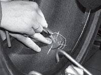 Отмечаем мелом внутри шины место механической обработки под шляпку грибка, отступая от края шляпки 10-15 мм.