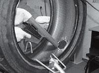 Удаляем резиновую крошку и остатки корда при помощи пылесоса или мягкой щетки.