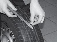 Ремонт сквозных повреждений бескамерных шин, срезаем концы жгута (жгутов) на уровне 2-3 мм от поверхности шины.