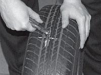 Ремонт сквозных повреждений бескамерных шин, удаляем предмет, повредивший шину.