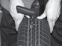 Ремонт сквозных повреждений бескамерных шин, очищаем повреждение при помощи спирального напильника T109.