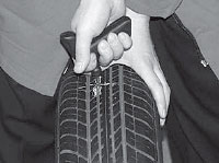 Ремонт сквозных повреждений бескамерных шин, наносим клей A024 в подготовленное отверстие спиральным напильником.