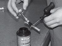 Ремонт сквозных повреждений бескамерных шин, промазываем жгут клеем A024.
